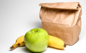Bag lunch with a banana and an apple.